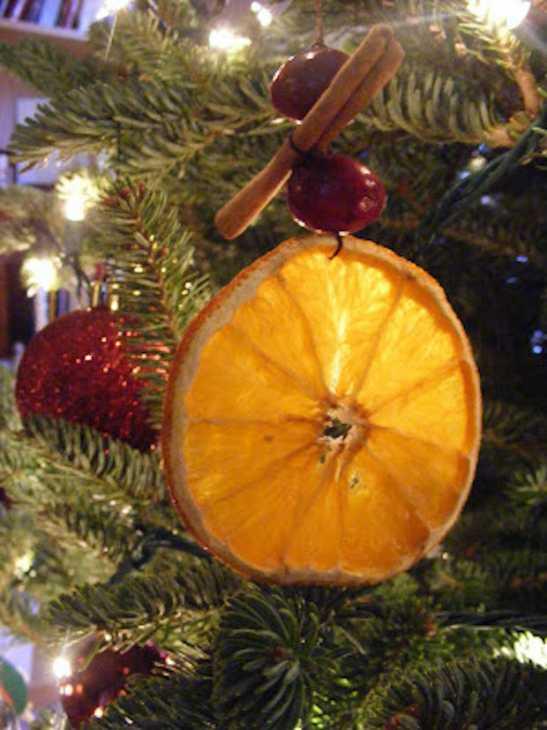 Decorazioni natalizie con arancia e cannella, da our-everyday-art.com