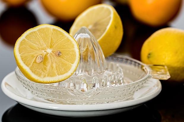 Limone per eliminare i cattivi odori in cucina