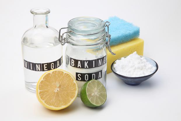 Limone, aceto, bicarbonato: rimedi naturali per eliminare i cattivi odori in bagno
