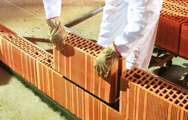 Muro divisorio costruito con mattoni forati Poroton