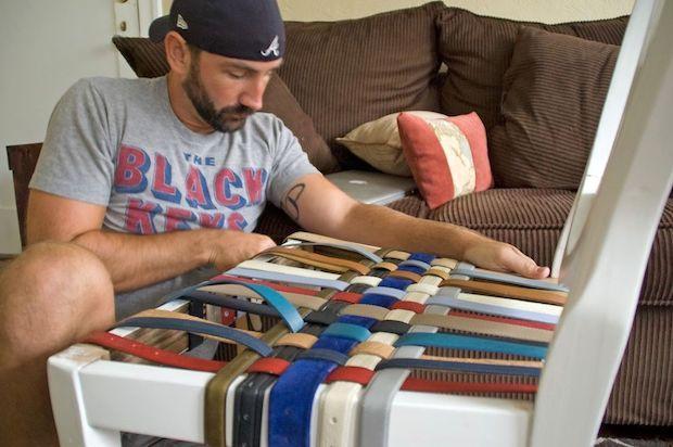 Rivestire le sedie con vecchie cinture in pelle, da handmadeidea.com