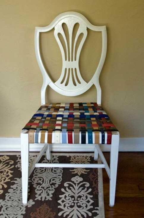 Rivestire le vecchie sedie con cinture in pelle, da handmadeidea.com