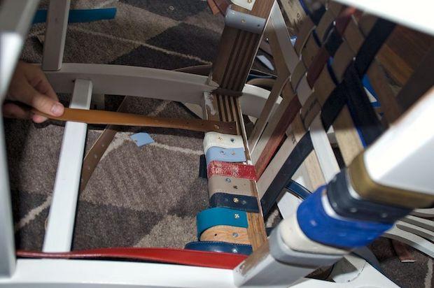 Come rivestire le sedie con vecchie cinture in pelle, da handmadeidea.com