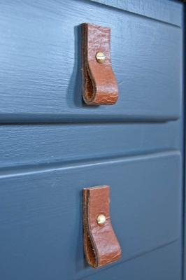 Maniglie per i mobili con vecchie cinture in pelle, da insteading.com