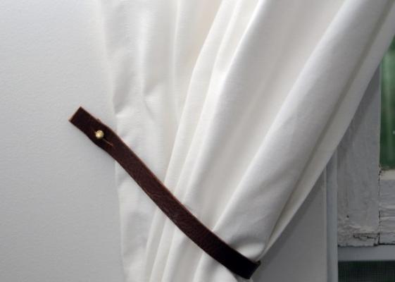 Riciclo creativo vecchie cinture in pelle: ganci per le tende, da earnesthomeco.com