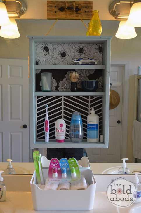 Come trasformare i vecchi cassetti in organizer per il bagno, da theboldabode.com