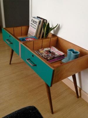 Tavolino contenitore vintage con vecchi cassetti, da recyclart.org