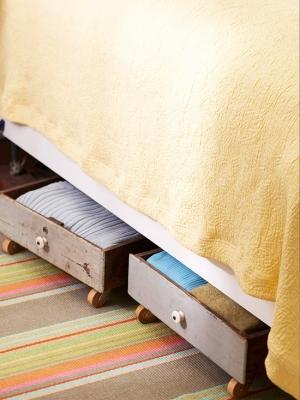 Utilizzare i vecchi cassetti come contenitori sotto il letto, da shelterness.com