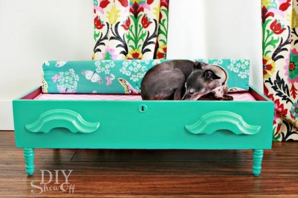 Un vecchio cassetto trasformato in cuccia per cane, da diyshowoff.com