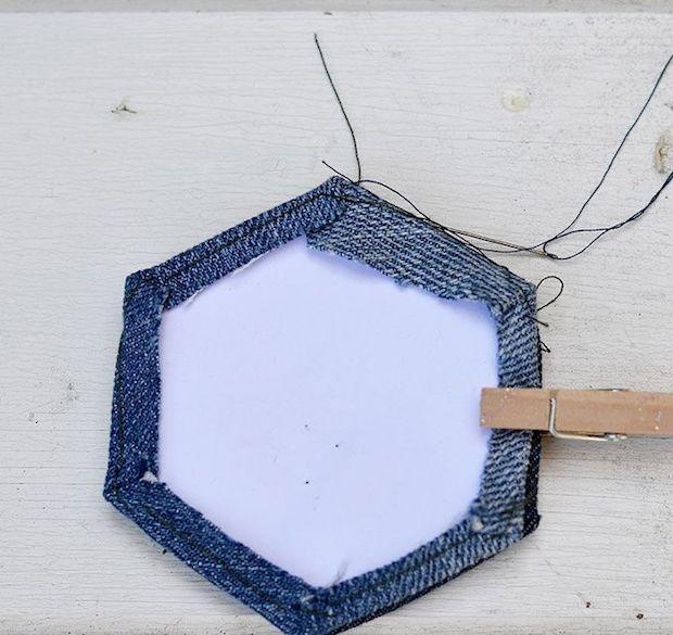 Come usare i vecchi jeans per rivestire le sedie: parte 2, da hometalk.com