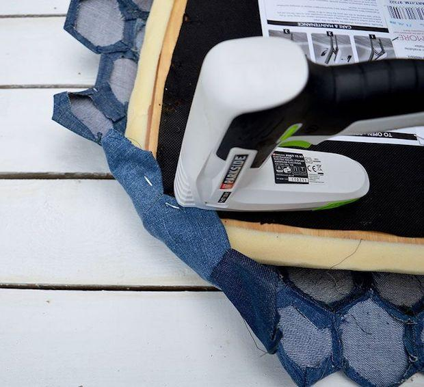 Come usare i vecchi jeans per rivestire le sedie: parte 5, da hometalk.com