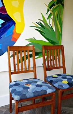 Come usare i vecchi jeans per rivestire le sedie in modo originale, da hometalk.com