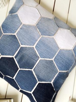 Rivestire i cuscini con il riciclo di vecchi jeans, da lilluna.com