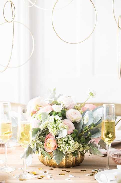 Centrotavola Capodanno con bouquet di fiori, da sugarandcharm.com