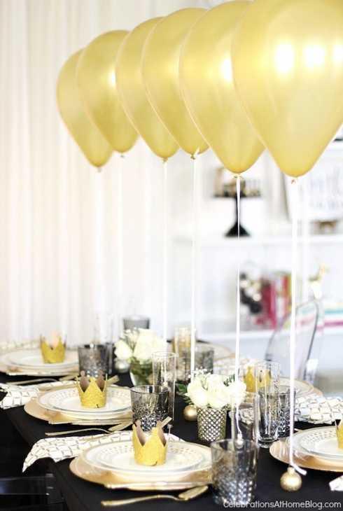 Tavola di Capodanno con i palloncini, da celebrationsathomeblog.com