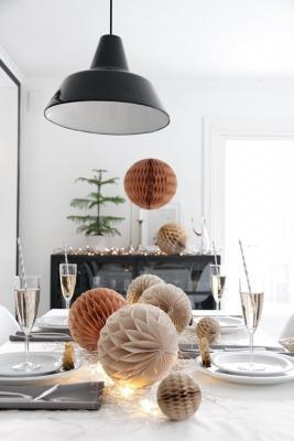 Decorazioni di carta per una tavola di Capodanno semplice ed elegante, da Stylizimo