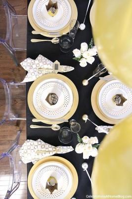 Palloncini dorati al centro della tavola di Capodanno, da celebrationsathomeblog.com