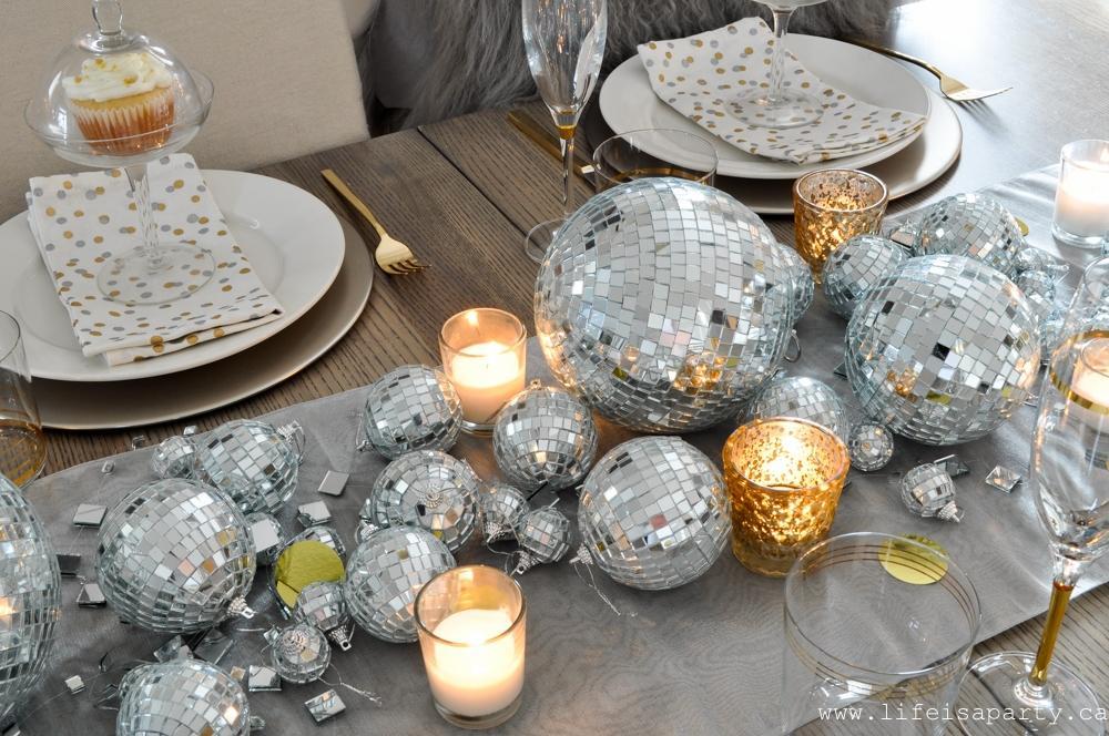 Centrotavola Capodanno con palline natalizie, da lifeisaparty.ca