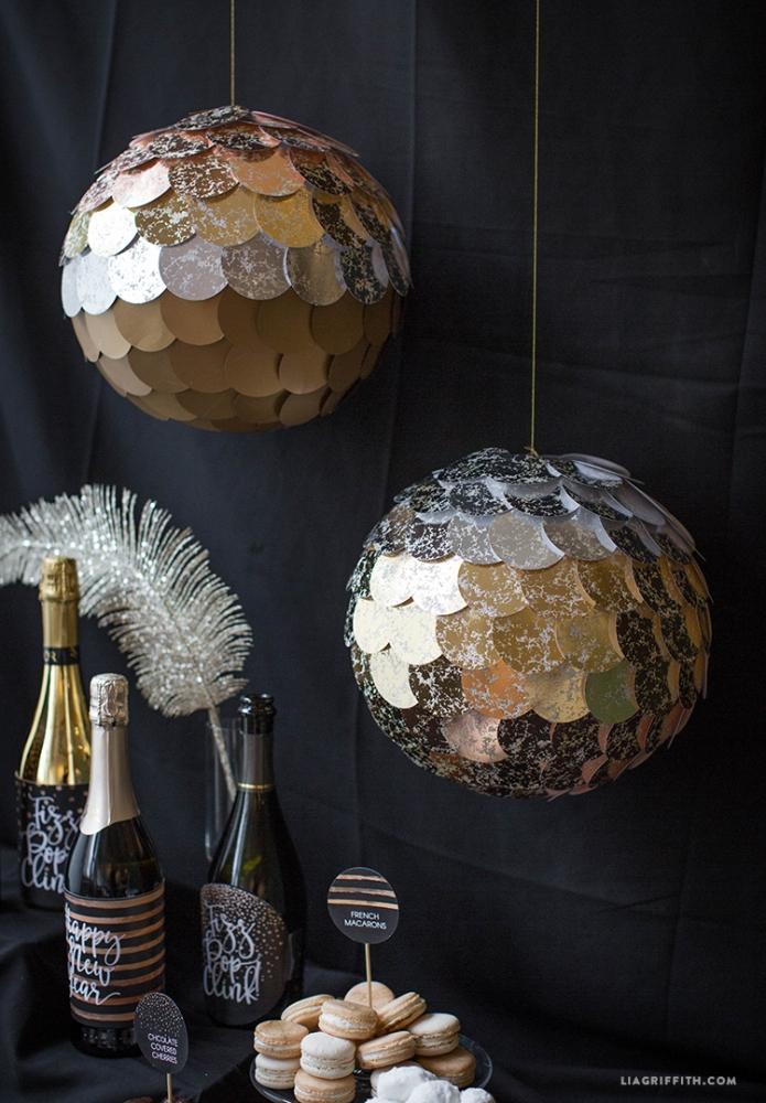Lanterne dorate per abbellire la tavola di Capodanno, da liagriffith.com