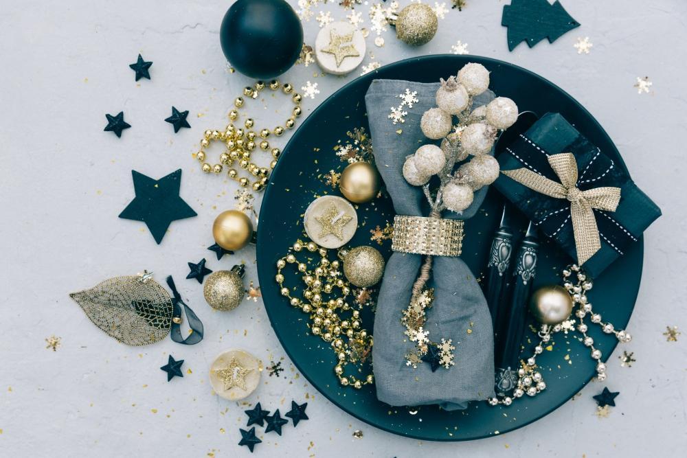 Oro e classic blue come colori per la mise en place di Capodanno