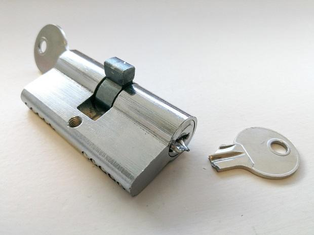 Sostituzione da parte di un condomino della serratura di porta rotta