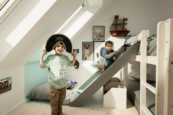 Stanzetta bambini illuminata con finestra per tetti Velux