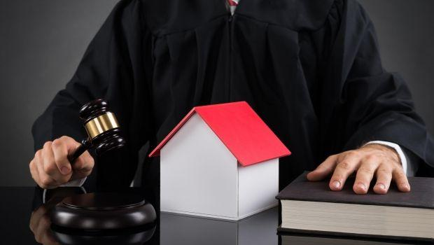 Cosa fare se l'assegnazione della casa è revocata e l'ex non va via?