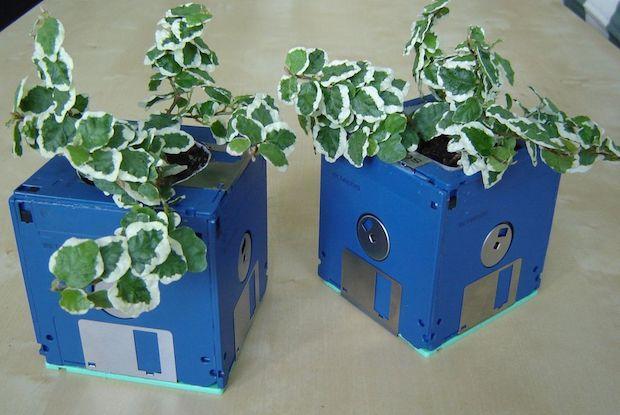 Oggetti con materiale riciclato: portavasi con floppy disk, risultato, da instructables.com