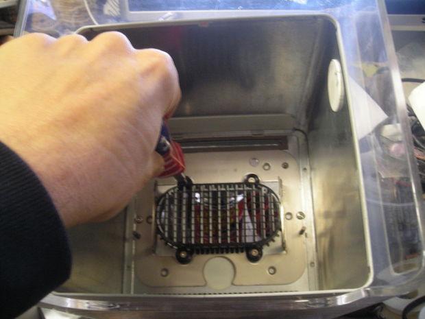 Dispenser di fazzoletti con il riciclo creativo del vecchio Mac: tutorial, da instructables.com