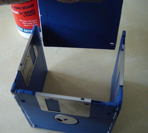 Oggetti con materiale riciclato: portavasi con floppy disk, parte 1, da instructables.com