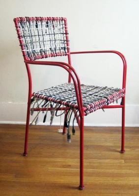 Idee riciclo creativo: Sedia rivestita con vecchi cavi, da recyclart.org