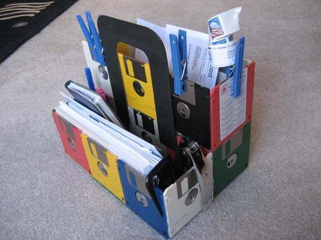 Portadocumenti colorati con il riciclo creativo dei dischetti, da instructables.com