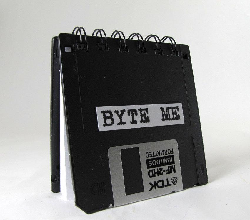 Riciclo creativo RAEE: agenda con floppy disk, da etsy.com