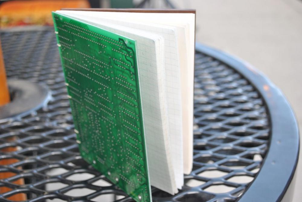 Block notes con circuito elettronico stampato, da instructables.com