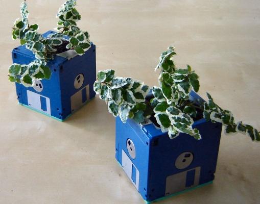 Oggetti con materiale riciclato: portavasi con floppy disk, da instructables.com