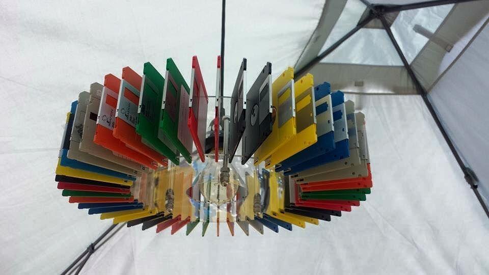 Un lampadario di floppy disk riciclati, da instructables.com