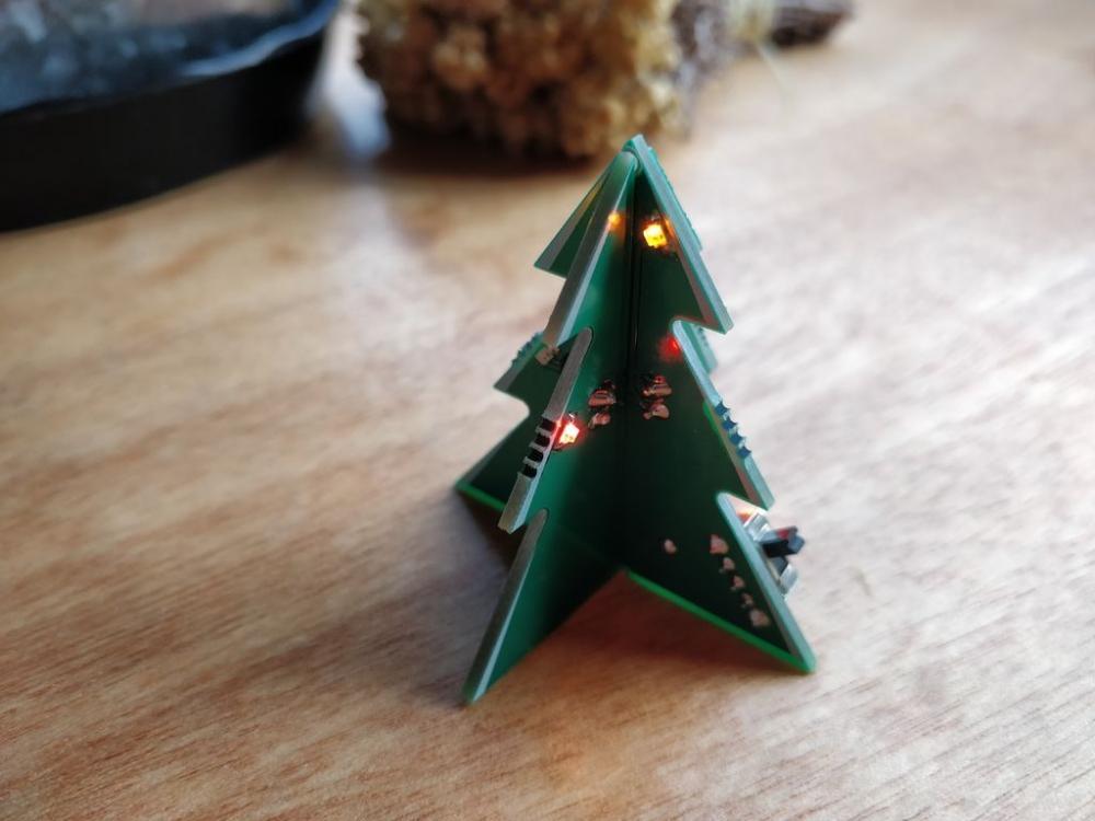 Riciclo RAEE: un alberello natalizio con circuito elettronico, da instructables.com
