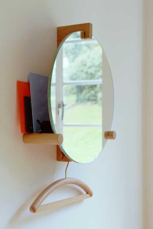 Specchio con mensola e gancio per gruccia, da Zilio A&C
