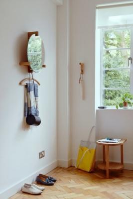 Specchio da ingresso dotato di mensola e gruccia appendiabiti, da Zilio A&C