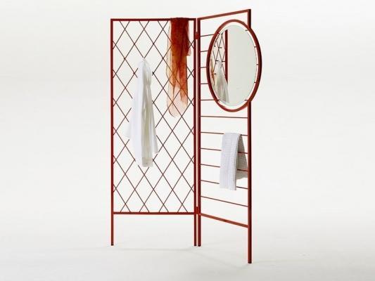 Tre funzioni in una: separè, appendiabiti e specchio, da Opinion Ciatti