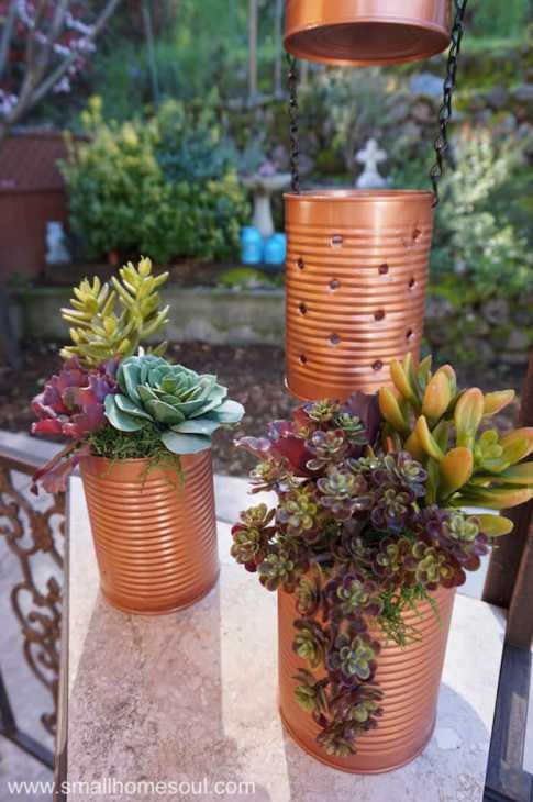 Lanterne e vasetti per le piante con i barattoli di latta, da smallhomesoul.com