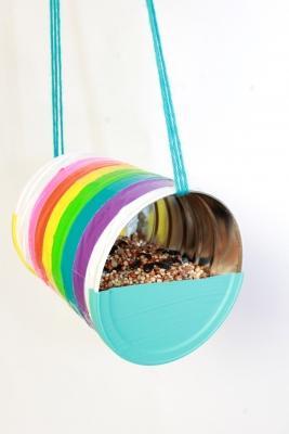 Riciclo creativo barattoli di latta: mangiatoia per uccellini, da moomastic.com