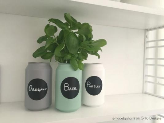 Vecchie lattine trasformate in vasetti per coltivare le erbe aromatiche, da grillo-designs.com