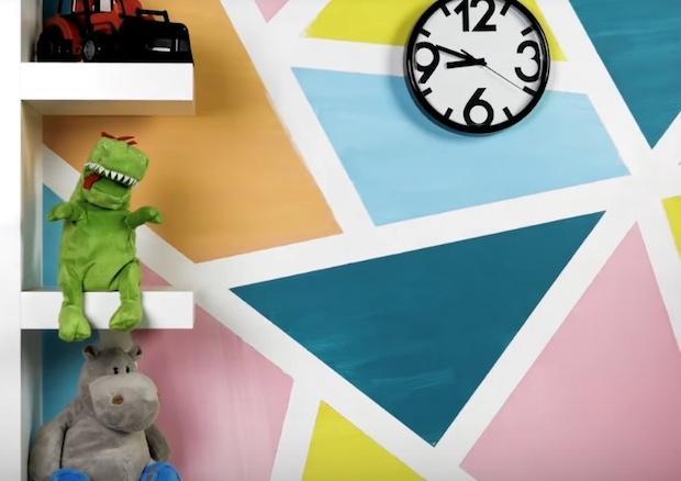 Decorare una parete con triangoli colorati: risultato, da 5-Minute Craft