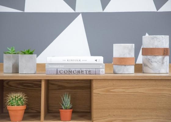 Piante da interni su mobili e tavolini