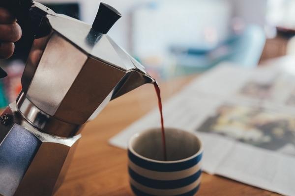 C'è chi non rinuncia a preparare il caffè con la moka
