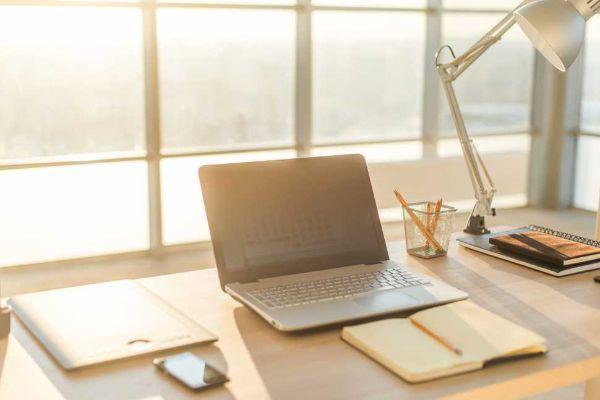 La corretta provenienza della luce è fondamentale per avere un angolo studio confortevole