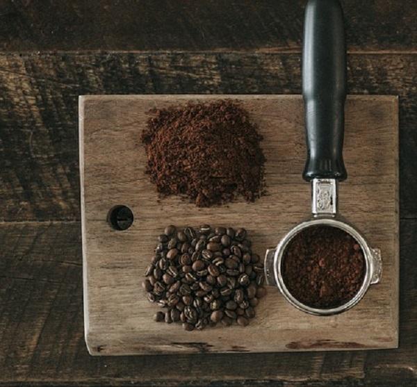 I fondi di caffè eliminano le macchie dal legno scuro