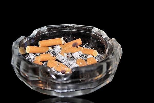 I fondi di caffè contrastano l'odore dei mozziconi di sigarette