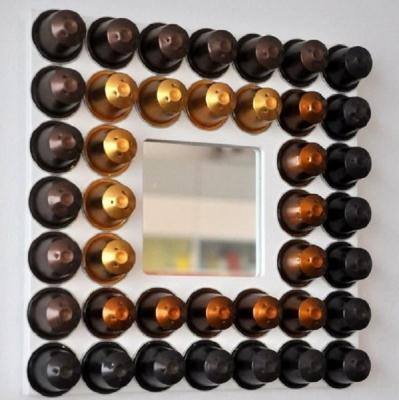 Uno specchio creato con le capsule, da masni.cafeblog.hu